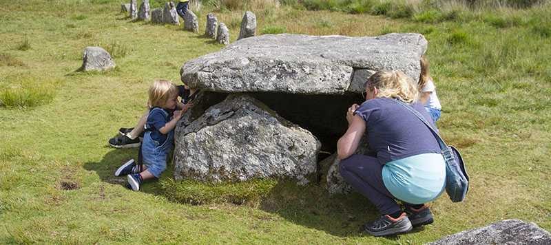Woman and child peaking in burial cist